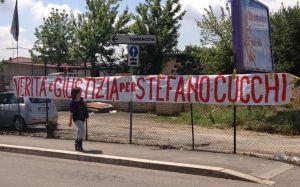 cucchi_striscione_solidarieta_famiglia